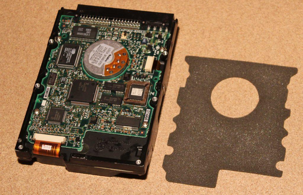 Жесткий диск Fujitsu M1614TAU и вынутая прокладка